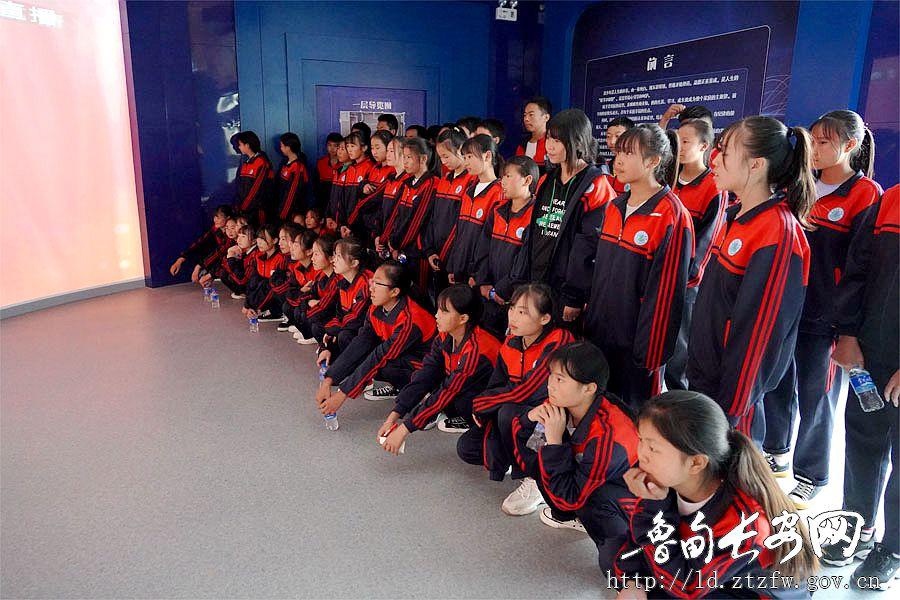 学生进入展厅观看视频_副本.jpg