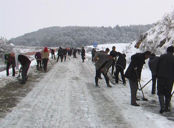 桃源乡组织干部群众除雪破冰保畅通